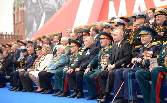 Путин в окружении ветеранов на военном параде