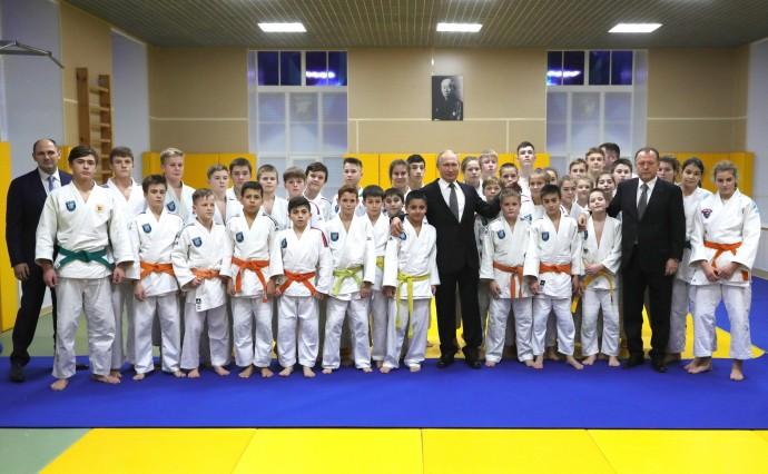 Путин со спортсменами клуба дзюдо «Турбостроитель»