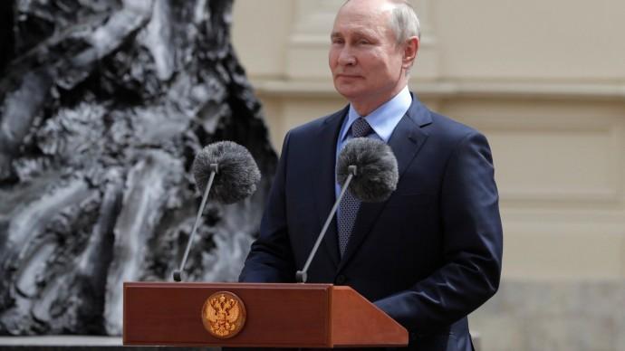Видео открытия Путиным памятника Александру III вГатчинском дворце 5 июня 2021 года