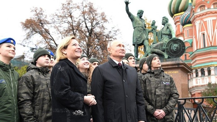 Видео возложения Путиным цветов кпамятнику Кузьме Минину иДмитрию Пожарскому 4 ноября 2020 года