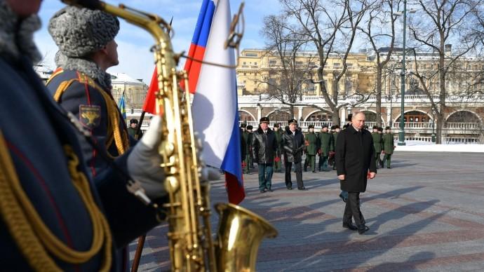 Видео: Путин возложил венок кМогиле Неизвестного Солдата 23 февраля 2021 года