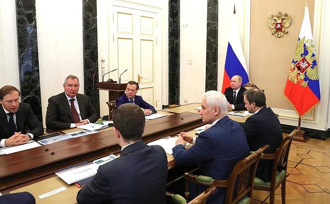 Президент встретился с представителями кабинета министров и производителями микроэлектроники