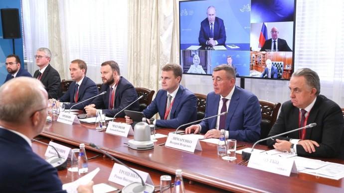 Видео со встречи Владимира Путина смодераторами ключевых сессий Восточного экономического форума 3 сентября 2021 года